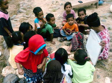 teaching-outside-school-mamis-anak-alam-flores